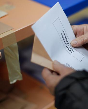 Firma para facilitar que los españoles puedan votar en el extranjero