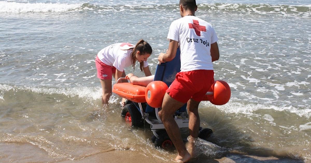 Baño Adaptado Para Discapacitados:Playa para todos: Servicio de baño adaptado de Cruz Roja en la costa