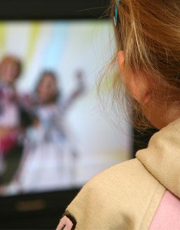 Firma porque las cadenas de televisión respeten el horario infantil